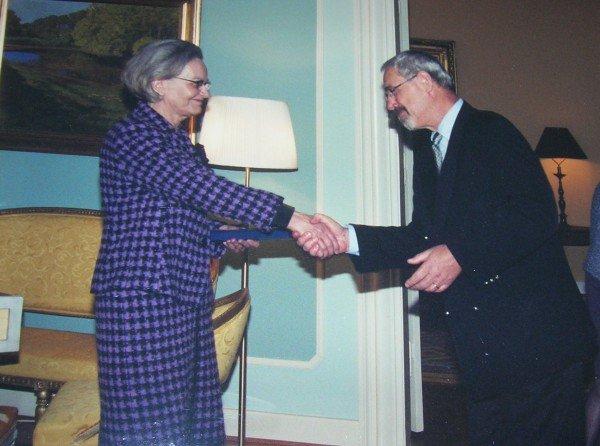 30 års tjänst. Marjatta Titoff mottager guldklocka av landshövdingen i Malmö